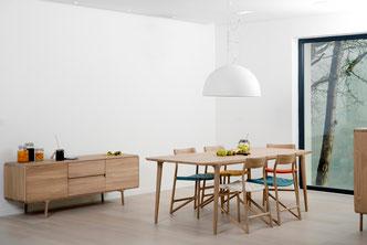 Der-Esstisch-Fawn-kombiniert-mit-dem-Stuhl-von-Gazzda
