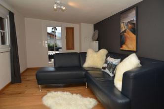 Sehrwind s Ferienwohnung – Ferienwohnung Oberstdorf, 60 qm, Wohnraum mit Fernseher und kleinem Balkon