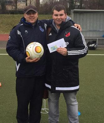 Jugendleiter Peter Piotrowski überreichte einen Umschlag sowie den Spielball am vergangenen Samstag!
