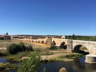 Der Weg ist das Ziel Camino de Santiago; Brücke auf den Camino de Santiage Etappe