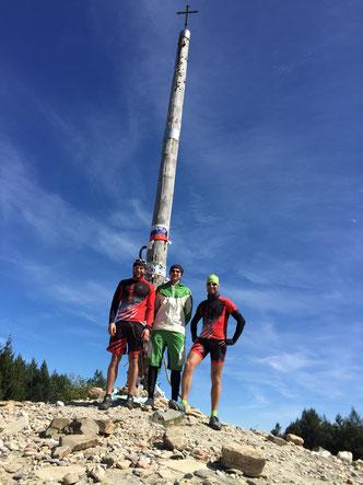 Mit den Mountainbike am Cruz de Ferro Camino de Santiago Pilgern mit dem Mountainbike