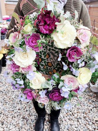 花苗のアレンジメント、プランツギャザリング・リースです!冬の間でもお花のように美しく、長く楽しめます。切り花ではありません。根っこがついているので、生きて成長を続けます。お水はあげてね。