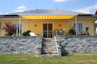 Markilux Markise Pergola 210 mit Seitenmarkisen in Mömlingen Bungalow gelbe markise Terrasse bei Fink markisen Sonnenschutz Großostheim
