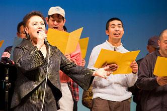 被災地花いっぱい運動の応援歌「花いっぱいまた会う日まで」を歌う松永裕子さん