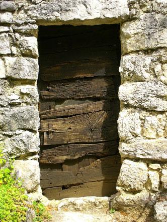 Bild von einer alten in Stein gemauerten Tür.