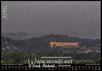 Die Hedecksburg im Regen. Der Blitz schlägt unweit von ihr ein. Schönes Rudolstadt