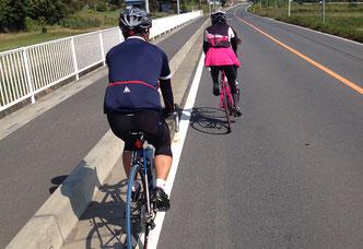 ヘルメットを着用したサイクリング画像