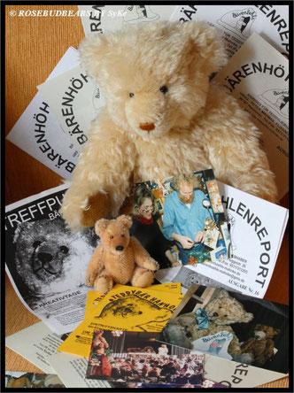 Bora, einer meiner älteren Bären, und das kleine Teddybaby von Hanne Mahnke sind in Bärenhöhlen-Erinnerungen vertieft