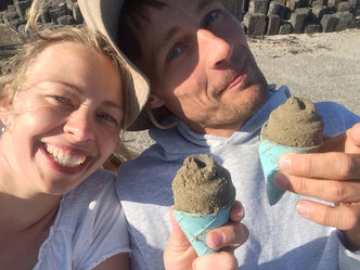 Christina und Sönke schlemmen ein Eis aus Sand