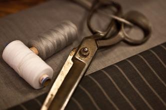 photo d'outils de tapissière, ciseau fil, tissu  photo libre de droit