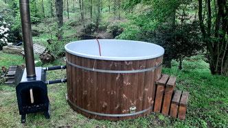 Hot Tub, Badezuber, Badefass vor Teich im Wald.