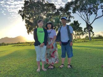 貸切チャーターにてハワイオアフ島クカニロコバースストーン夕日をバックに木の前でご両親とお嬢様のご家族