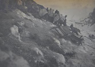 Die Gebirgsschützen der Kompanie von Oberstleutnant Mickl am Cukla-Hang. Der vereiste Schnee ist gut zu erkennen sowie Krankentragen im Vordergrund. Sammlung Isonzofront.de