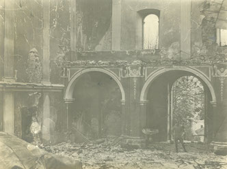 Ein italienischer Soldat im Inneren der zerstörten Pfarrkirche von Bovec. Die Aufnahme dürfte zum Ende des Jahres 1915 entstanden sein. Sammlung Isonzofront.de