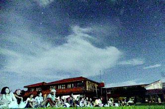 500人の観客でにぎわった竹富島ふれあい星まつり=11日夜、竹富小中学校