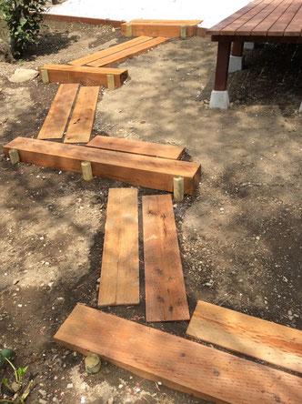 勾配を無理なく移動できる園路の階段