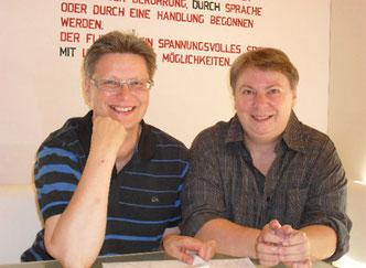 Zwei Frauen mit kurzen Haaren mittleren Alters, lächelnd