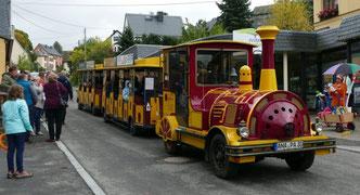 Der Erzgebirgsexpress rollte als eines der ersten Fahrzeuge über die neue Straße. Foto: Andreas Bauer