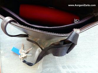 como sujetar el gancho con las llaves al asa del bolso - www.AorganiZarte.com