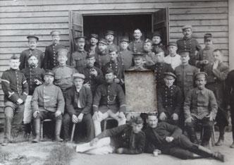Photo d'un groupe de prisonniers, Alfred est allongé au sol