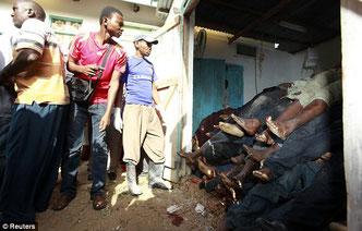 I corpi ammassati delle vittime di Mpeketoni, Kenya