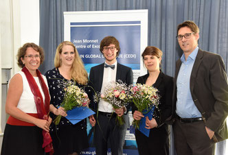From left to right: CEDI Director Michèle Knodt, the three CEDI awardees Katharina Kleinschnitger, Simon Ant and Stephanie Bergbauer, and CEDI Co-Director Arne Niemann Foto: Claus Völker