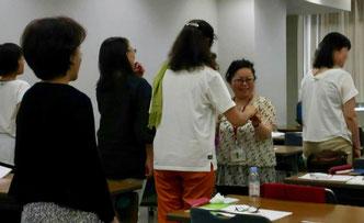 デモンストレーション中:参加者の方とダンスするスタッフ細江。