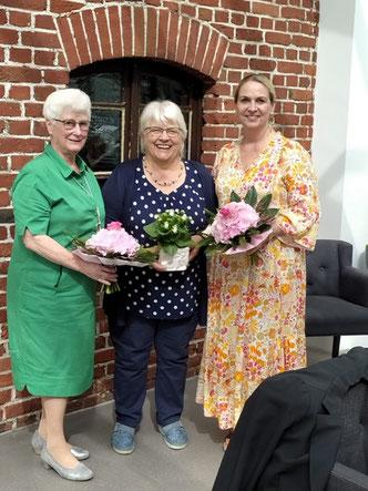 Mit einem Blumenstrauß bedankte sich das Team der kfd bei Margret Overfeld und Simone Ostrop.