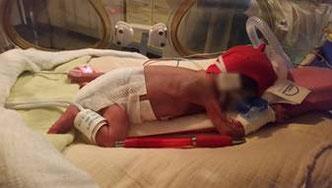 Bastian im Brutkasten mit dem roten Kugelschreiber. Foto Stiftung kreuznacher diakonie