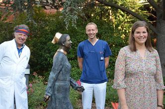 v.l.n.r. Die beiden Plastischen Chirurgen Dr. André Borsche und Dr. Mathis Renner mit Sandra Dönnhoff im Garten der Stiftung kreuznacher diakonie.