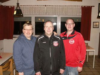 Abteilungsleiter Reinhard Bücker (Mitte) gab sein Amt in die Hände von Martin Stockhofe (rechts) weiter. Mit im Bild Egbert Papendick, wieder gewählter Abteilungskassierer.