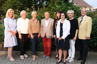 Foto: (Bürgerstiftung): Die Bürgerstiftungsakteure freuen sich über die Auszeichnung Von links: Eva Bauer, Carola Egger, Gudrun Berschneider, Helmut Rauscher, Sophie Stepper, Vera Finn, Marlis Knychalla, Dr. Peter Hasse