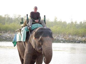Auf Elefantenrücken bei Morgengrauen am River des Corbettnationalparks