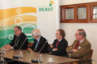Aandacht (ook op 25 maart) voor (v.l.n.r.) wnd-burgemeester Verkerk van zijn oud-collega's Alphons Panis, Alexander Tchernoff en Peter Diepenhorst.