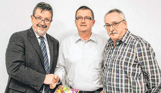 Der Vorsitzende Bernd Fuhrmann (l.) und Geschäftsführer Michael Boer (r.) verabschiedeten gestern Abend das LGW-Urgestein Andreas Bernshausen (Bildmitte) offiziell aus Amt und Würden. (SZ-Foto: Timo Karl)
