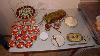 Wildkräuterbuffet, Foto: Gisela Kalbfleisch