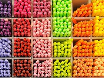 Viele bunte Stifte in einem Regal