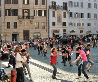 Танцы на улицах Рима фото