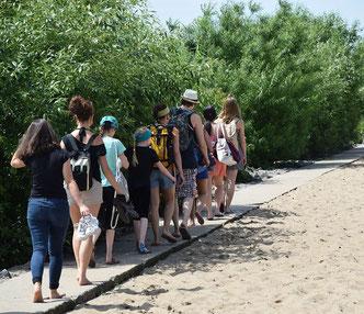 Der alte, am Wasser gelegene Weg aus Granitplatten.