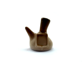 Dedal de porcelana, porrón de color marrón con escudo.