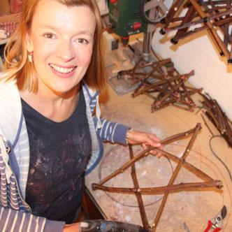 Ina arbeitet in der - Sterne überall- Werkstatt.