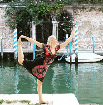 #yogaeverywhere - Yoga im Sommerurlaub in Venedig, Italien - Yoga Pose Natarajasana - Der Tänzer - Copyright Tanja Schöffmann Yogalehrerin Samastah Yoga