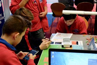 Schüler/-innen programmieren einen Roboter
