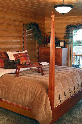 Rustikales Schlafzimmer im Blockhaus - Wohnblockhaus - Holzhaus in Blockbauweise - Einrichtung