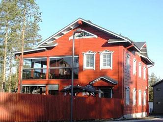 Blockhaus in massiver Bauweise - Holzhaus in Rot nach skandinavischer Art - Holzschutz  - Holzpflege und Holzschutz im Außenbereich - Holzschutzmittel  - Blockbohlenhäuser - Holzbau - Massivholzhaus