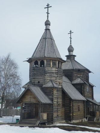 Alte Holzkirche in Blockbauweise mit Patina  - Blockhaus, Holzhaus, Holz,  Haus,  Planung, Bläue, Holzschutz