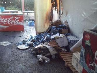 Imagen de la caseta del PSOE quemada (elola.blogia.com)