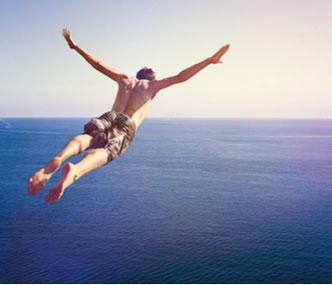 Ein Mann springt Kopfüber in ein ihm unbekanntes Gewässer