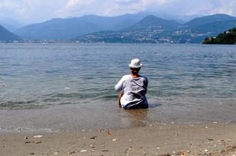 An einem Strand in Laveno
