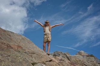 Mädchen hat Berg bestiegen und jubelt